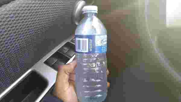 252a8dd8fdbf863359093dc15e5b3eb0c836ea35-toxique-bouteille-eau-voiture-plastique-image11-thumb